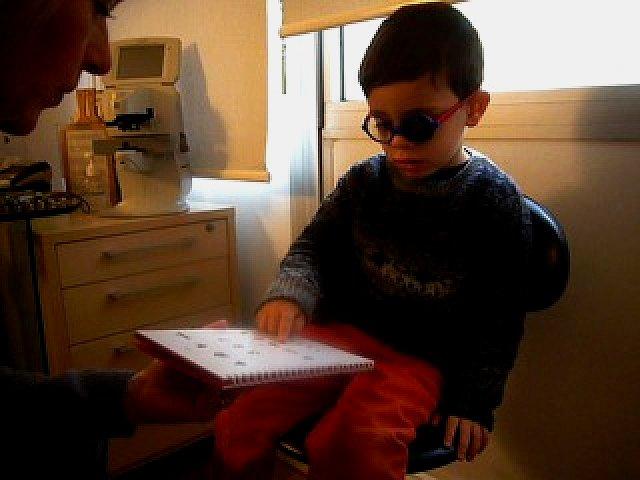 Examen de l'acuité visuelle de près d'un enfant