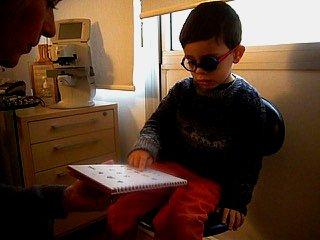 Examen de l'acuité visuelle de près d'un enfant © Centre Monticelli-Paradis d'Ophtalmologie